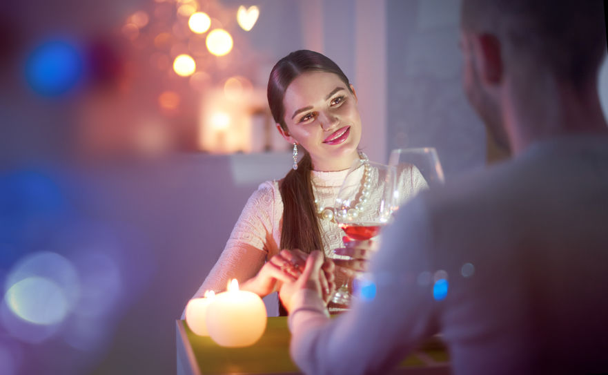 男性目線で解説! 女性をサシ飲みに誘う男性の心理。下心? 脈ありのサイン?