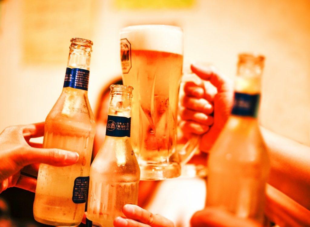お酒の席で男性がドン引きする女性の特徴