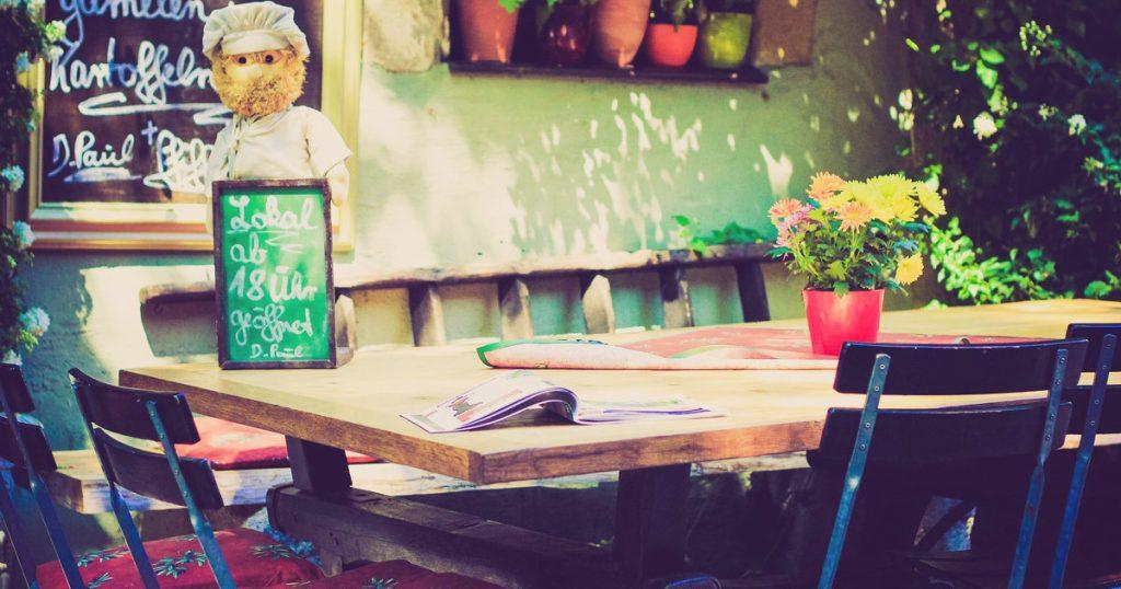 男性の愛情表現 彼女が大好きな証拠証拠5:レストランでメニューを決められないとき、和やかに待ってくれる