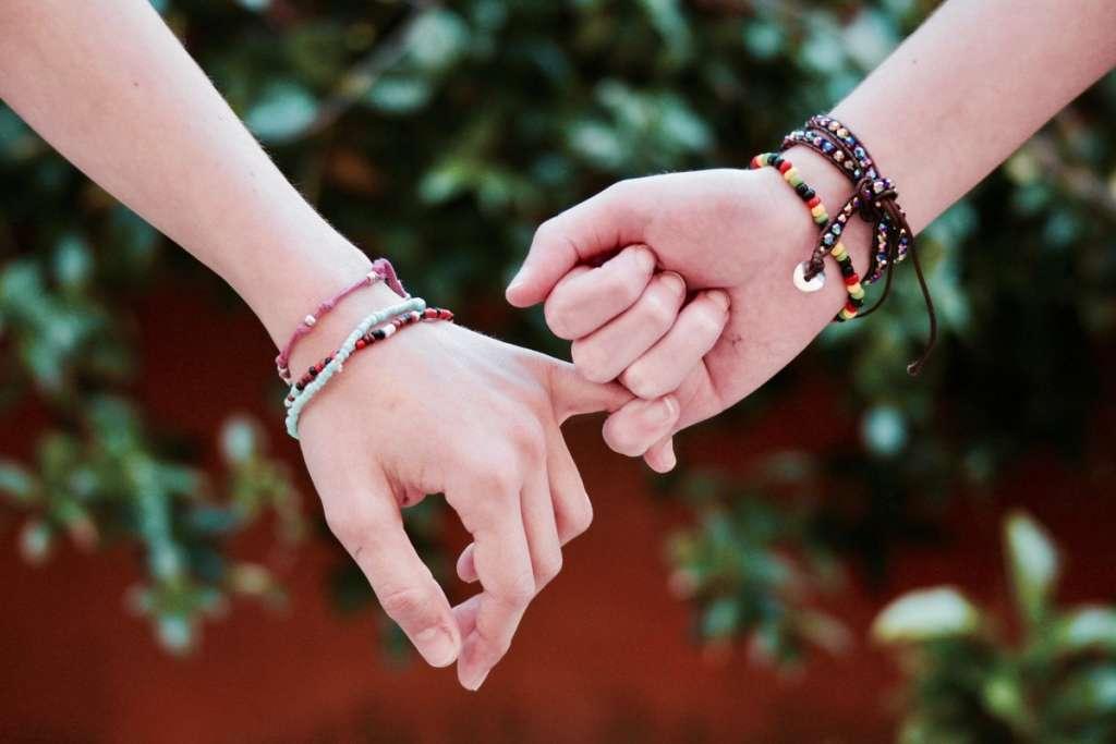 男性が女性と手をつなぐときの心理状態